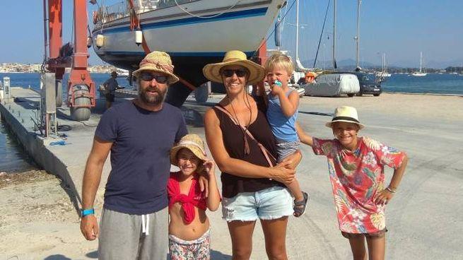 La famiglia Barberis con la barca sullo sfondo