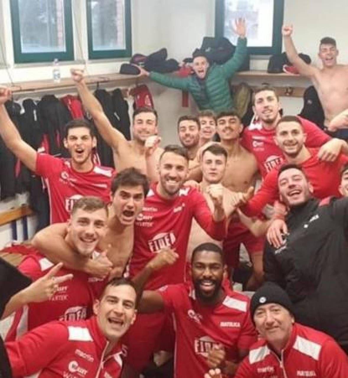 Il gruppo biancorosso nello spogliatoio La gioia di De Santis condivisa con i compagni di squadra