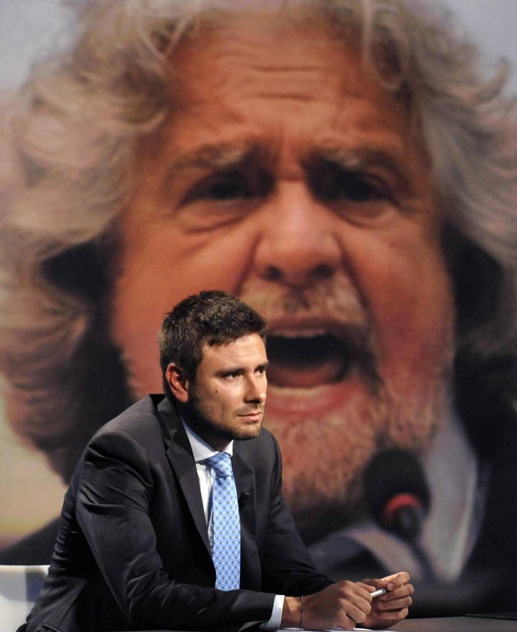 L'ex deputato Alessandro Di Battista, 41 anni. Sullo sfondo, Beppe Grillo, 71 anni, fondatore del Movimento 5 Stelle