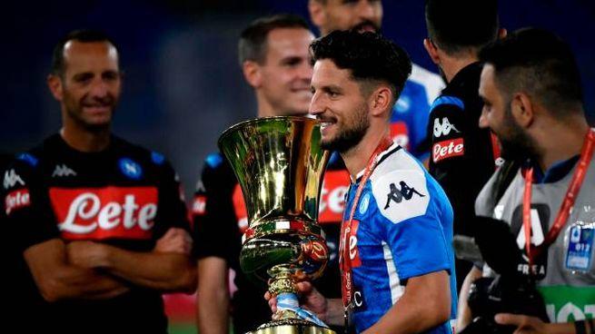 Dries Mertens con la Coppa Italia (Ansa)
