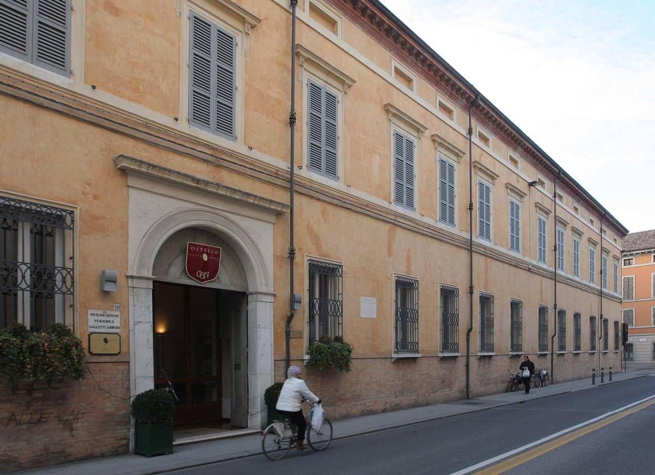 L'ostello Galletti Abbiosi di via Di Roma: la proprietà è di una fondazione al cui vertice c'è il vescovo Ghizzoni