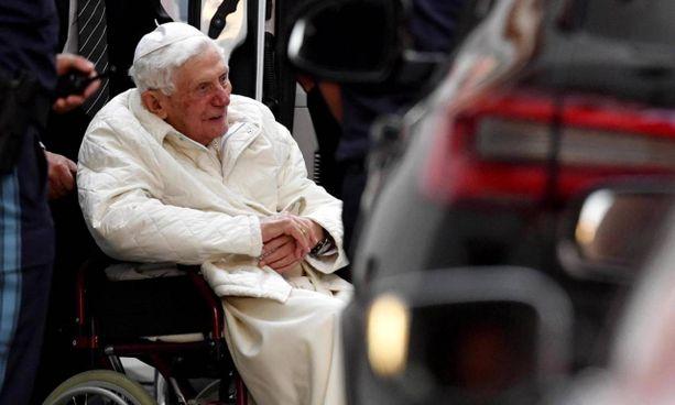 Benedetto XVI, 93 anni, al momento dell'arrivo in Germania. Ratzinger è stato papa dal 2005 al 2013