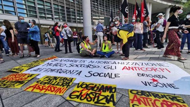 Il sit-in degli antagonisti sotto Palazzo Lombardia (foto Mianews)