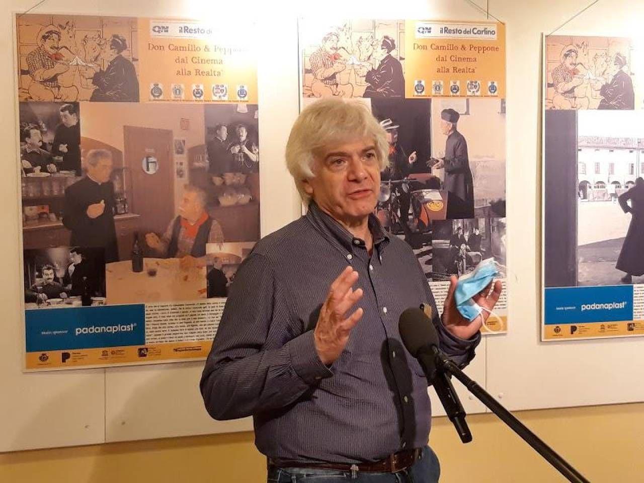 Egidio Bandini, giornalista che ha curato la mostra, l'attore Enrico Beruschi e, sotto, uno scorcio di «Don Camillo e Peppone, dal cinema alla realtà»