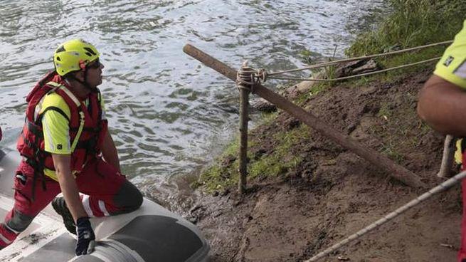 I sommozzatori dei vigili del fuoco in azione nel fiume Adda