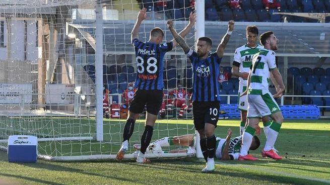 Atalanta's players celebrates after teammate Robin Gosens not in the photo) scored the goal 3-0 during the Italian Serie A soccer match Atalanta BC vs Sassuolo at the Gewiss Stadium in Bergamo, Italy, 21 July 2020. ANSA/PAOLO MAGNI