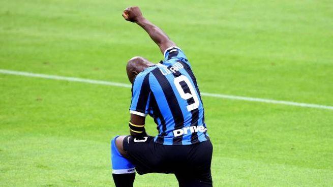 Romelu Lukaku s'inginocchia dopo il gol per George Floyd (Ansa)