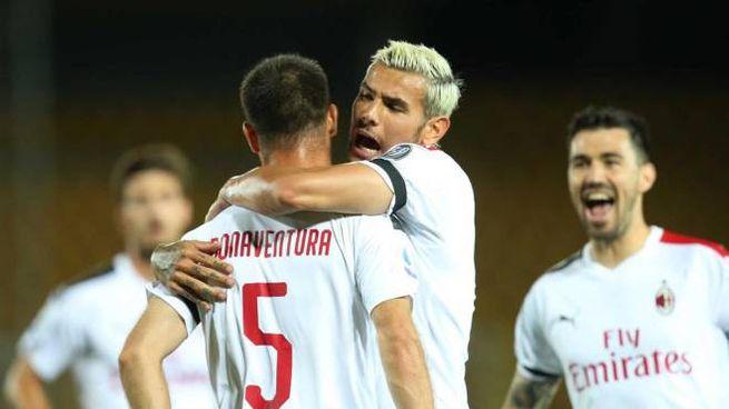 Lecce-Milan 1-4: Bonaventura abbracciato da Hernandez (Ansa)