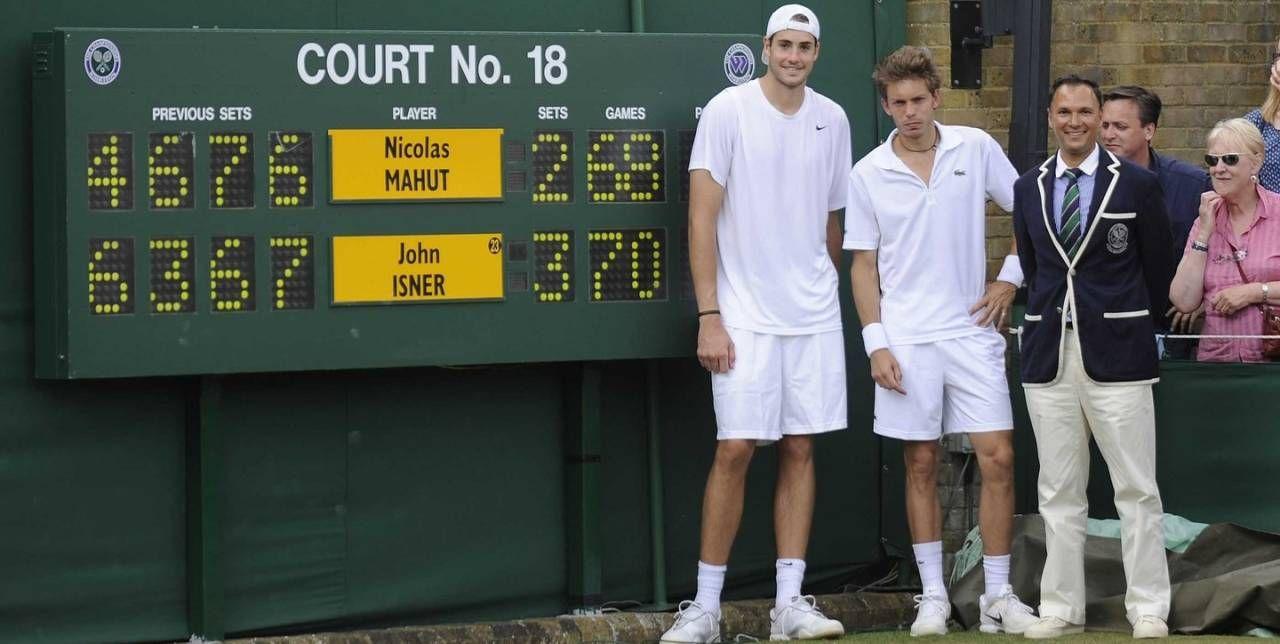 Sul campo 18 di Wimbledon l'americano John Isner e il francese Nicolas Mahut
