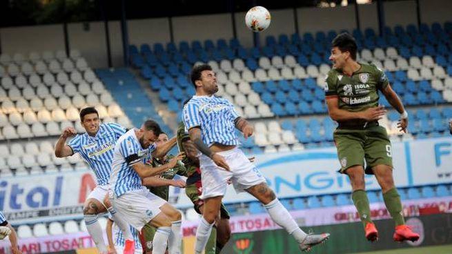 Spal Cagliari, uno stacco di Petagna (foto Businesspress)