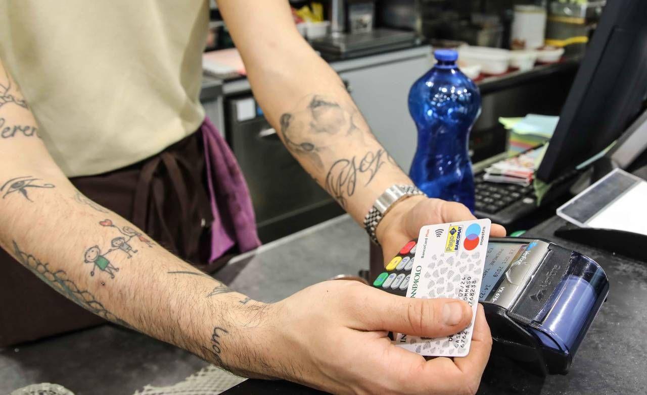 Il pagamento attraverso il bancomat contact pos in un negozio