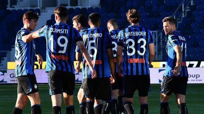 L'esultanza dei giocatori dell'Atalanta