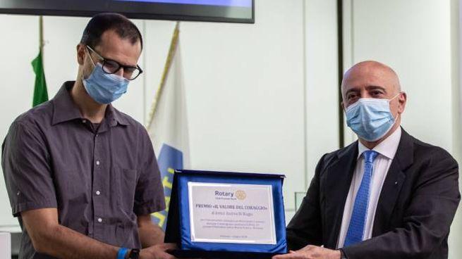 Il presidente uscente Sandro Addario premia Andrea Di Biagio