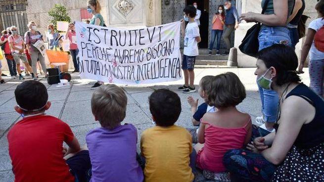 In tutt'Italia il movimento 'Priorità alla sucola' in piazza (Ansa)