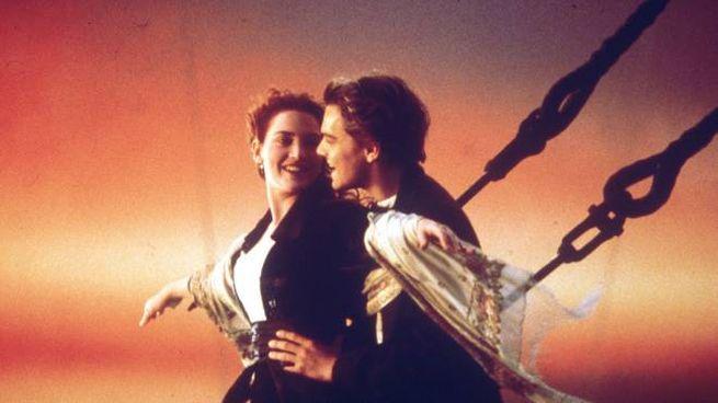 Jack e Rose in una celebre scena del film 'Titanic'