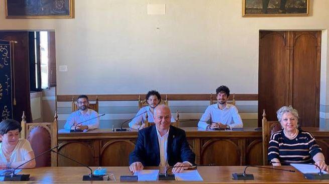 Il sindaco Mauro Cornioli e la giunta di Sansepolcro nella conferenza stampa di sabato 27