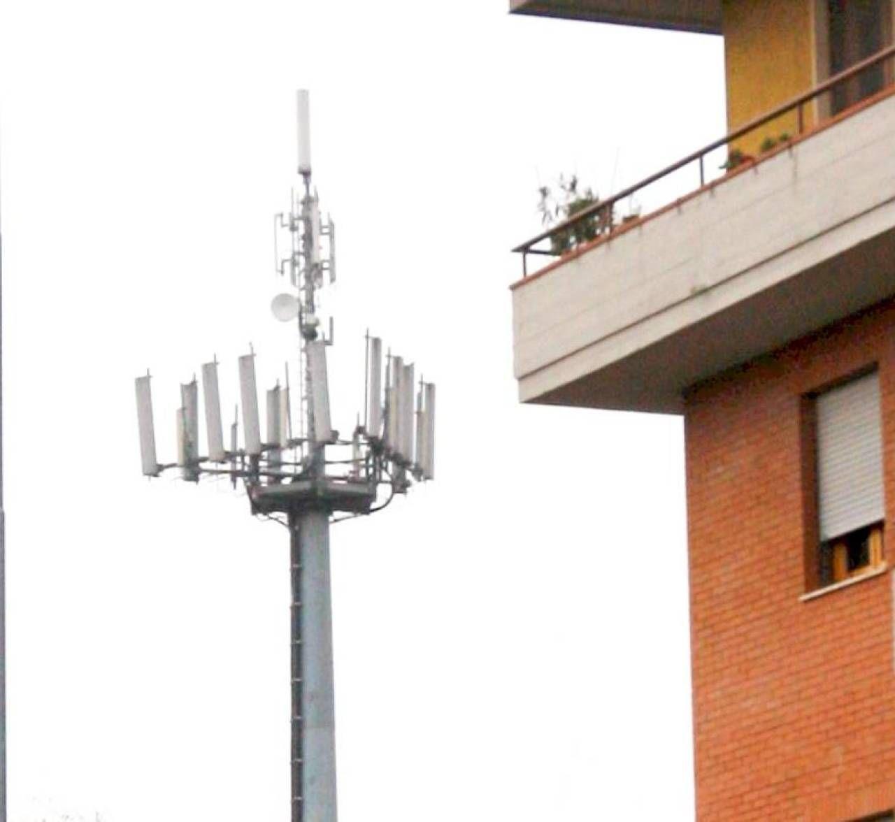 Un'antenna per il sistema. 5G nelle vicinanze di un condominio