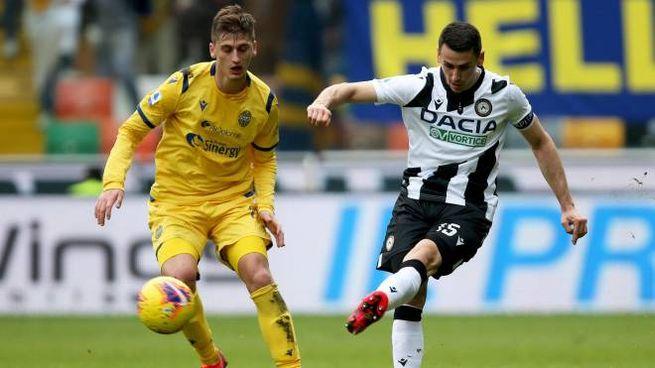A sinistra Marash Kumbulla (Verona) difende contro Kevin Lasagna (Udinese)