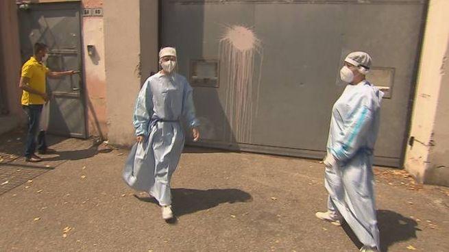 Gli operatori sanitari dell'Ausl ieri hanno iniziato a sottoporre a tampone tutti gli ospi