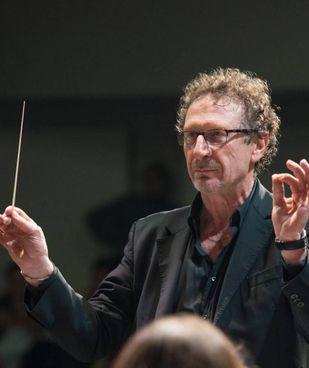 Il direttore della Fondazione Scuola di Musica Mirco Besutti durante un concerto