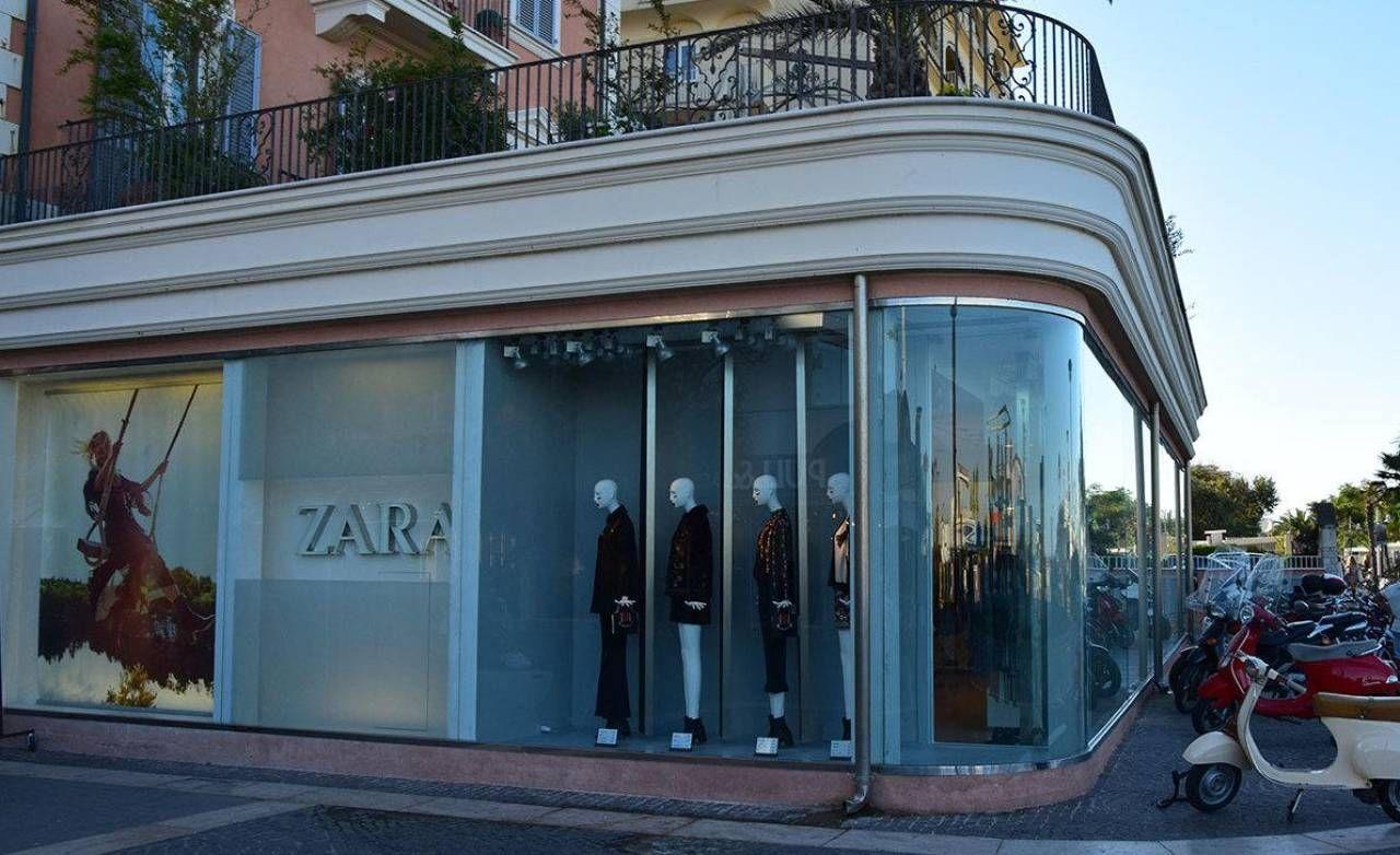 La vetrina di Zara su piazzale Roma: a febbraio il negozio chiuderà