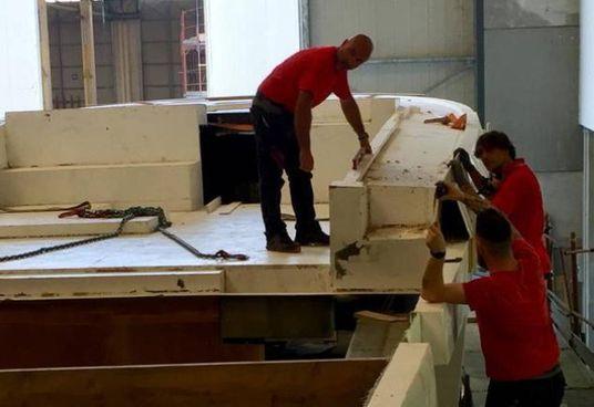 Si lavora a un nuovo scafo; sotto,. il presidente del cda, Michele Parini