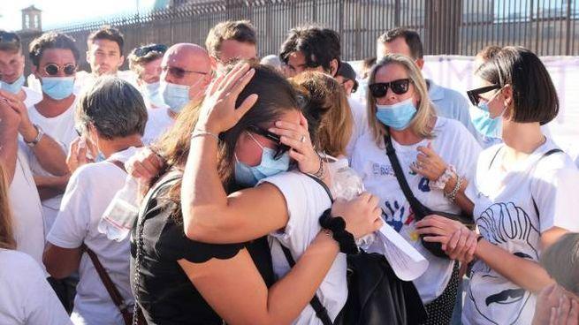 Gli abbracci commossi dopo la sentenza (New Press Photo)