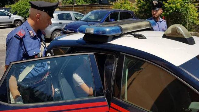 Minaccia vicino col coltello: intervengono i carabinieri