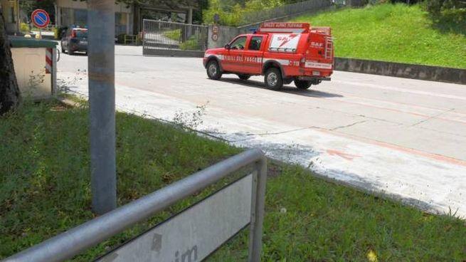 I mezzi di soccorso all'ingresso della Cementeria