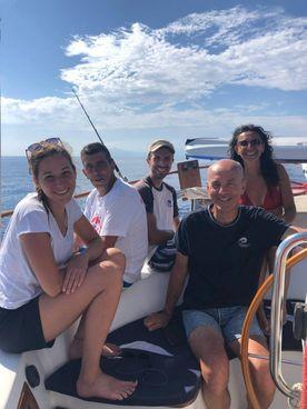 A sinistra Gabriele Gaudenzi con il team di educatori a bordo della barca a vela salpata dalla Liguria In alto un giovane impegnato nel lavoro durante la navigazione