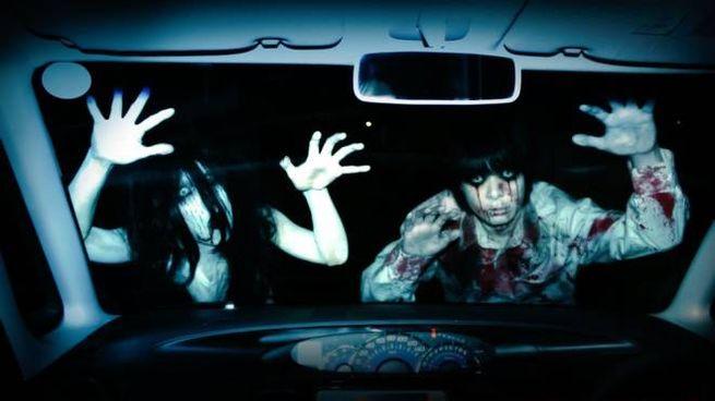 Il drive-in horror con il distanziamento sociale - Foto: Twitter/kowagarasetai
