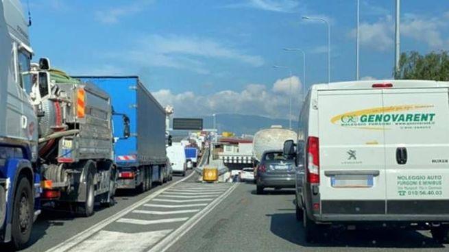 Traffico su un tratto di autostrada in Liguria (Ansa)