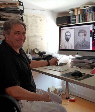 Pier Luigi Capucci mostra le foto di Luigi Capucci, l'esploratore, e della moglie Cristina