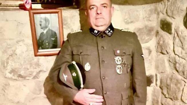 Gabrio Vaccarin, consigliere comunale di Nimis, vestito da nazista su Twitter (Ansa)