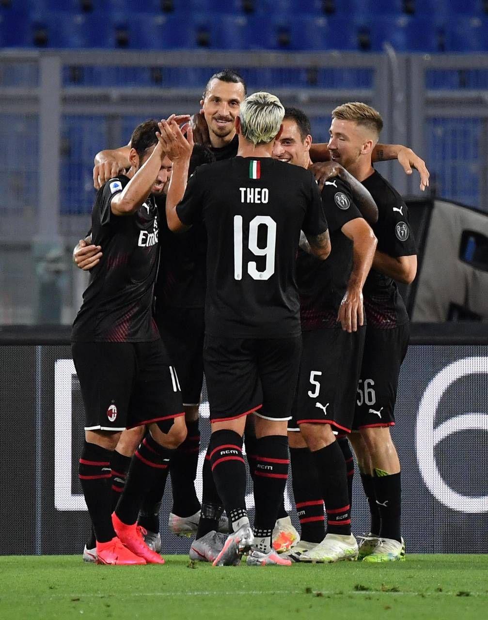 Zlatan Ibrahimovic festeggia con i compagni il gol del 2-0. Lo svedese è stato sostituito da Rebic a inizio ripresa: un cambio già programmato da Pioli