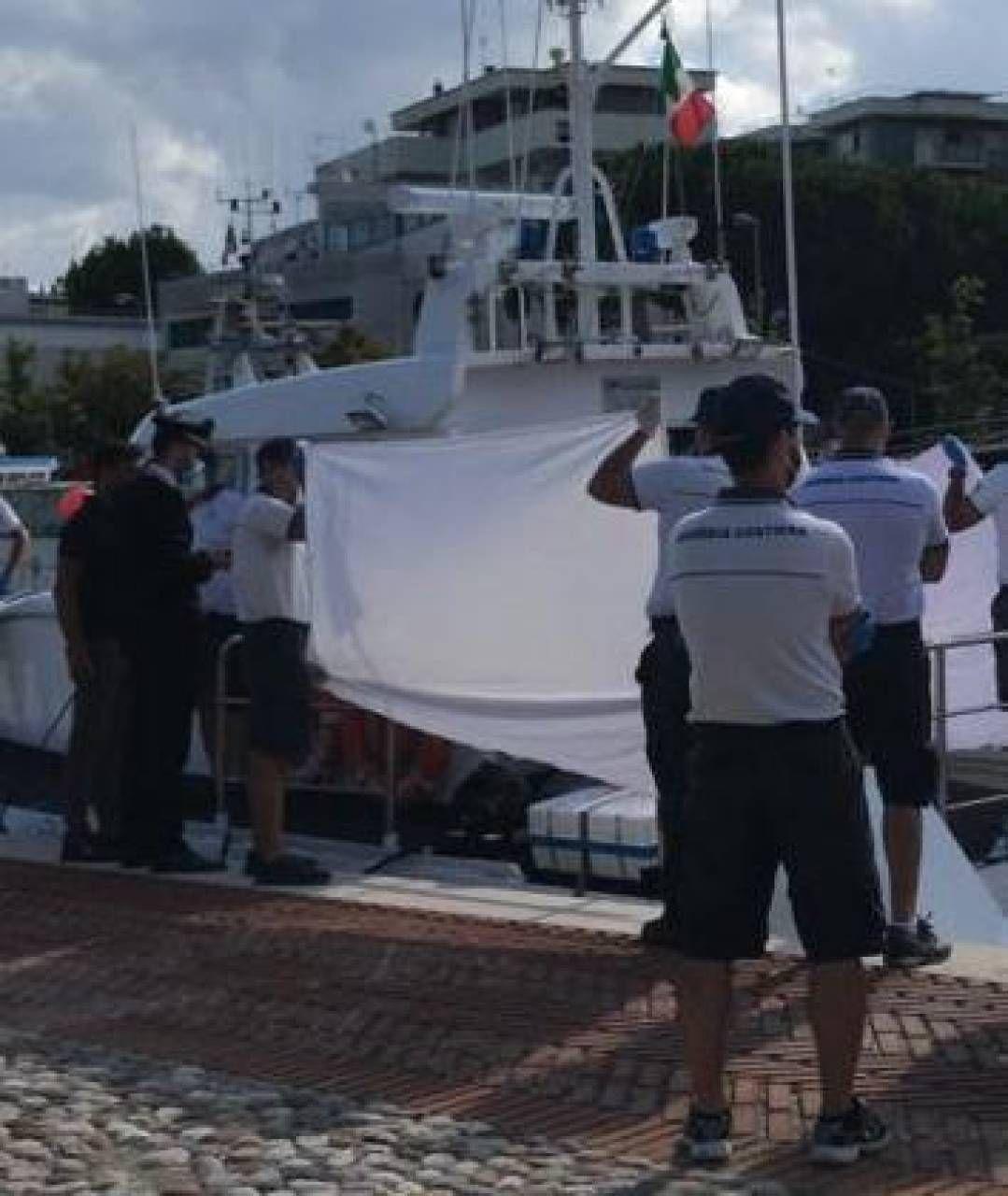 Le operazioni di sbarco della salma della 17enne Merssia Nunes De Oliveira, originaria del Brasile