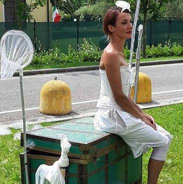 Simona Pieraccini, ovvero «La Princi», durante il suo magico spettacolo di bolle di sapone che è. andato in scena nel prato. davanti al Noa