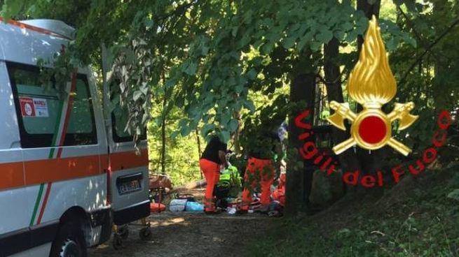 I soccorsi al motociclista finito contro una cancellata