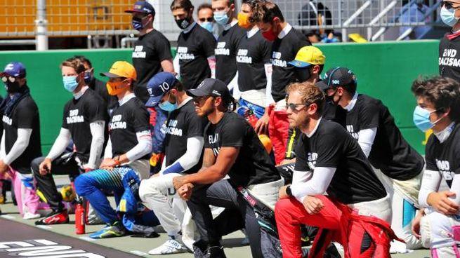 F1, i piloti si inginocchiano contro il razzismo (Alive)