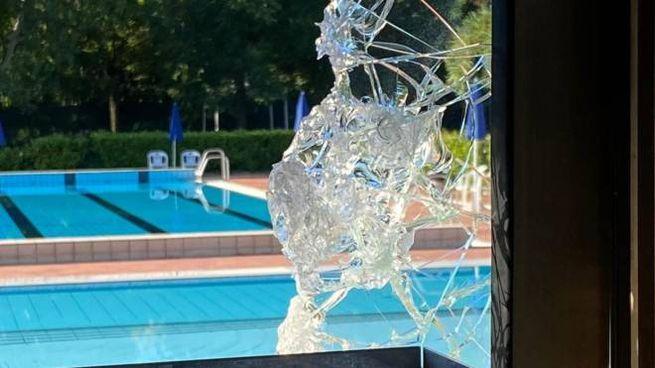 Uno dei vetri rotti alla piscina di via Cimabue
