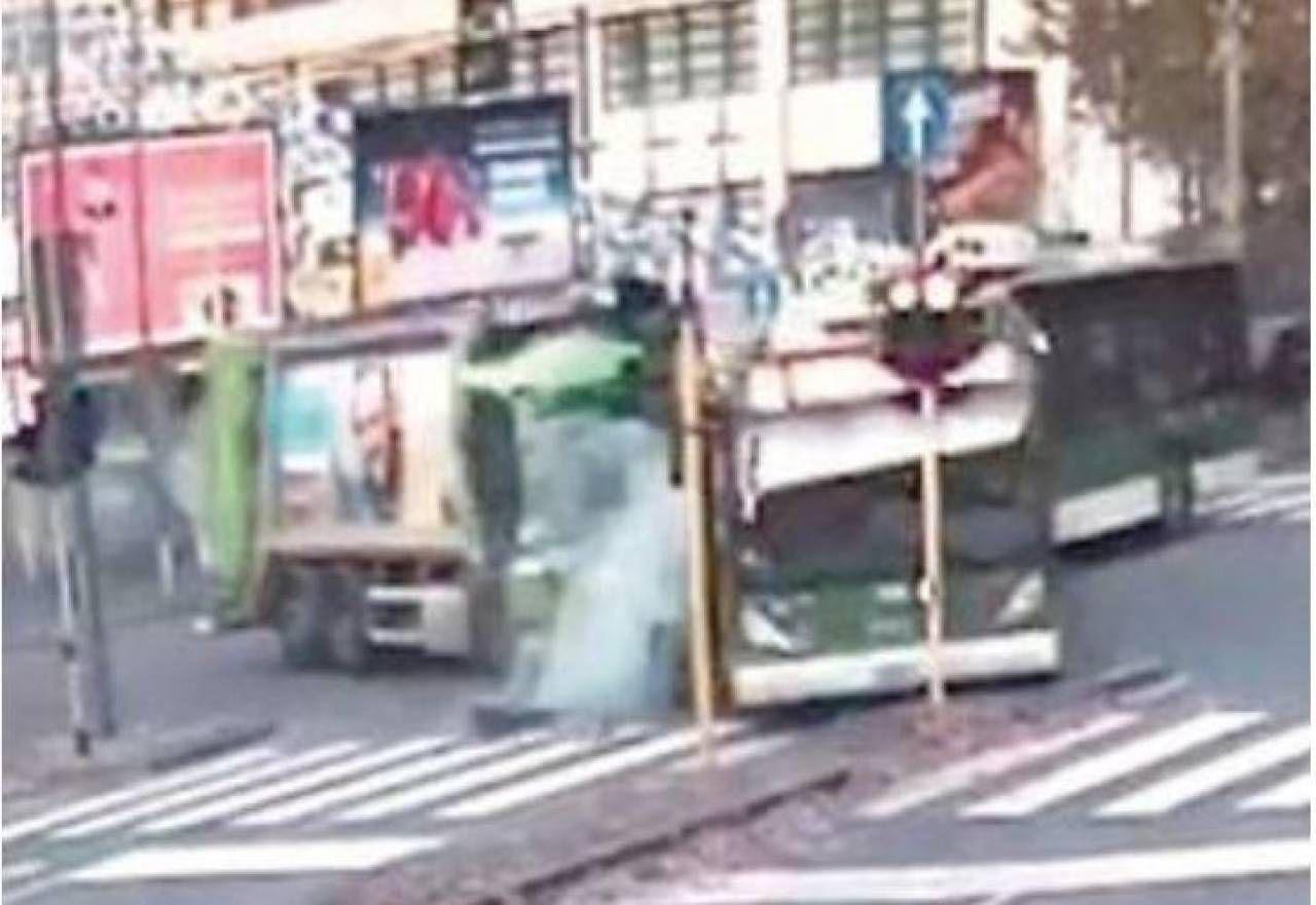 Un frame del video che documenta lo scontro fra il filobus e il mezzo Amsa