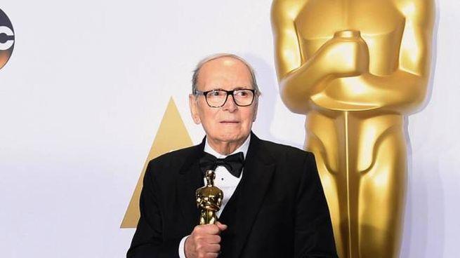 Ennio Morricone con l'Oscar per le musiche di 'The Hateful Eight' (Ansa)