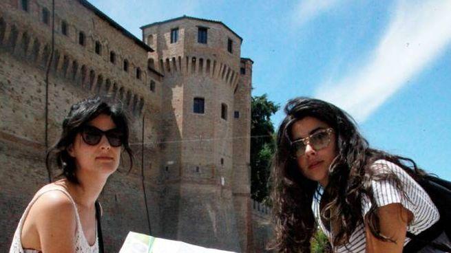 Turiste a Cesena, una delle città preferite in Emilia Romagna per la vicinanza del mare