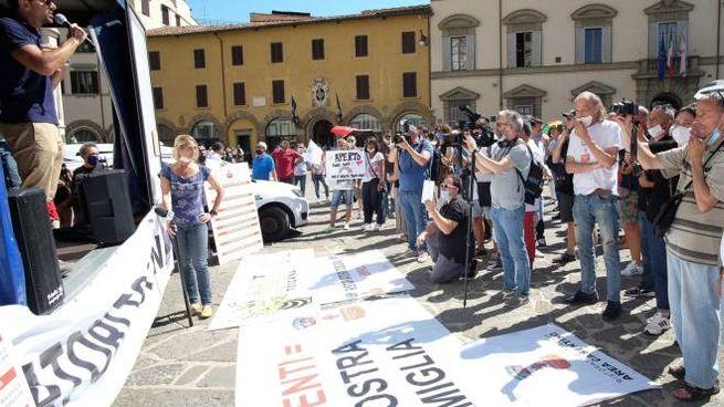 In seicento in piazza del Duomo a sostegno del commercio in crisi