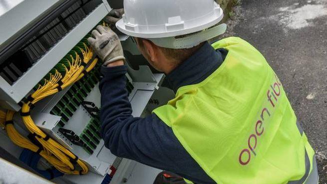 Un tecnico di Open Fiber al lavoro (Germogli)
