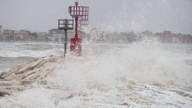 Mare in burrasca spinto dal forte vento a Rimini (foto Petrangeli)