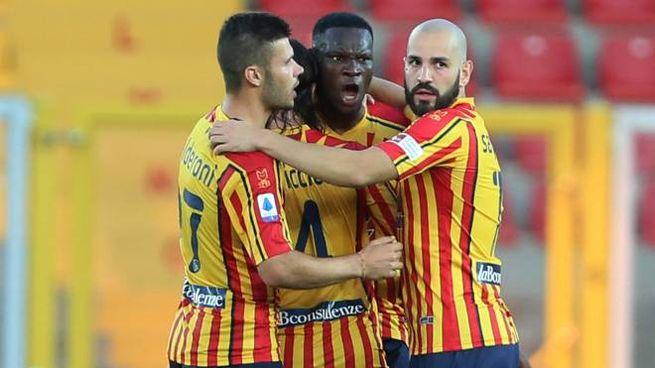 Lecce-Lazio 2-1, Babacar festeggiato dai compagni (Ansa)