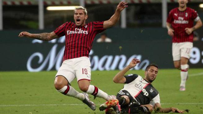 Milan-Juventus, Bentancur in scivolata su Theo Hernandez (Ansa)