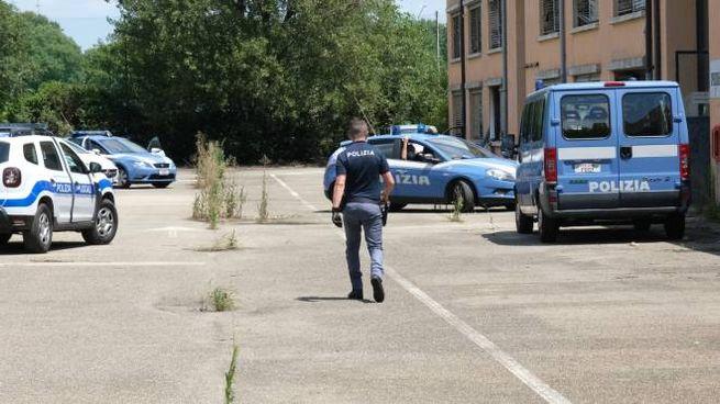 Polizia e vigili urbani ieri piantonavano l'edificio in attesa dell'esito del tampone