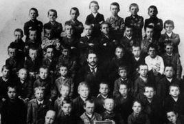 La quinta classe elementare di Leonding, in Austria, nel 1889. Adolf Hitler è il bambino al centro della fila più in alto
